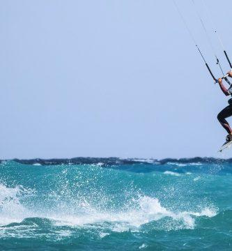 Kitesrfista saltando